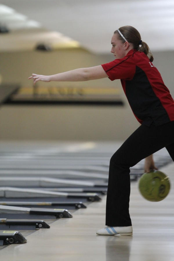 Freshman+Ashley+Dykes+bowls+at+Royal+Crest+Lanes+on+Feb.+2.