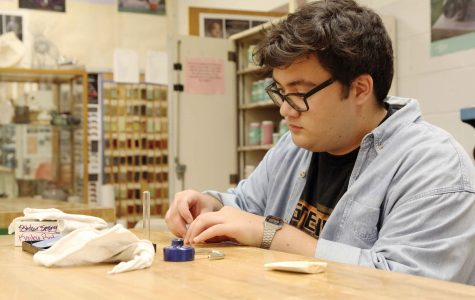 Jewelry student continues art