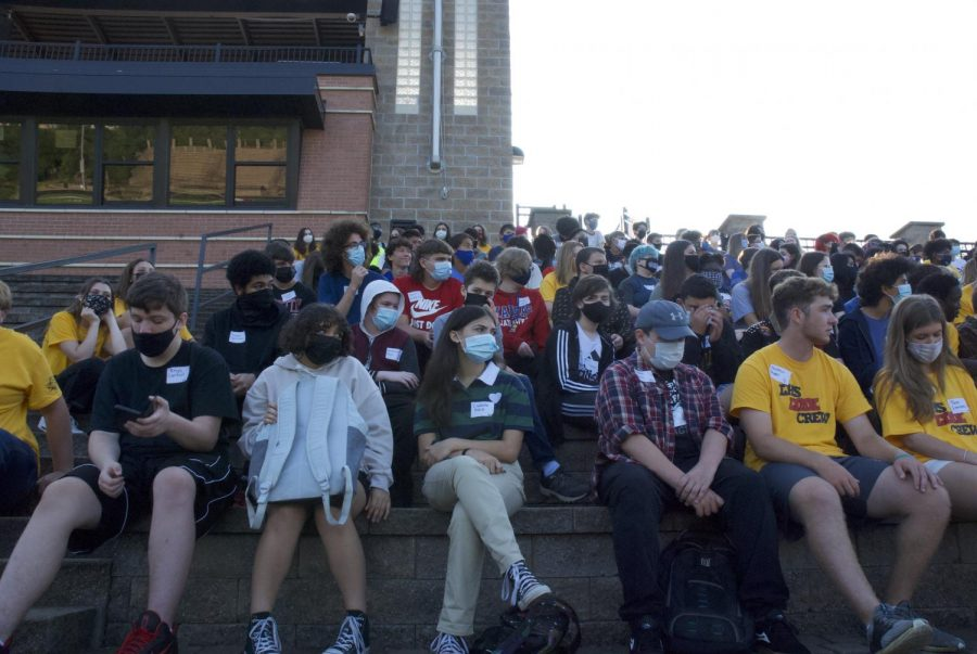 A crowd of students listen to a speech.